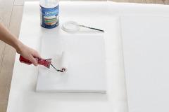 1. Maliarske plátno natrite valčekom bielou farbou, aby ste získali hladší povrch a základnú spodnú farbu, ak by bolo treba retušovať neželané šmuhy