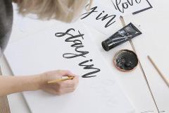 3. Písmena vymalujte akrylovou farbou. Prvú vrstvu môžete trochu zriediť vodou, druhú natierajte neriedenú. Ak ste niekde neželane vyšli mimo predkresleného, ľahko to premaľujte základnou bielou farbou