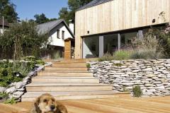 Stavba je dokladom toho, že aj miniatúrny dom môže slúžiť mnoho rokov. Je to jednoduchá a poctivá stavba, kde sa dá bývať celoročne
