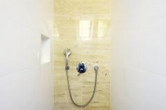 Dve kúpeľne v podkroví ponúkajú viac než dostatočné pohodlie užívateľom troch spální. Sprchový kút patrí k praktickej kúpeľni na prízemí. Keramické dlaždice imitujú prírodný kameň v pieskovo hnedej