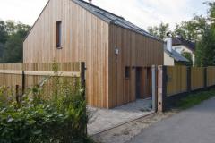 Od príjazdovej komunikácie zo severu delí domček uzavretý plot. Jeho štýl zodpovedá celkovému vzhľadu stavby