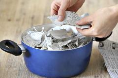 1. Do hrnca natrhajte malé kúsky papiera alebo novín (noviny sa lepšie rozpúšťajú). Papier zalejte vriacou vodou a pomaly premiešajte