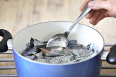 2. Keď papier nasiakne, mal by byť vodou len prikrytý. Varte asi 10 minút. Papier nechajte vychladnúť, začne sa pomaly rozkladať