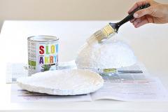 7. Kašu nechajte voľne vyschnúť, proces môžete urýchliť ohrievaním v mikrovlnnej rúre. Suchú kašu oddeľte od misy a natrite bielou farbou. podľa potreby naneste 2-3 vrstvy