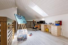 Jediná miestnosť na poschodí je malá pracovňa s výhľadom do obývacej izby. Dostatok denného svetla a čerstvého vzduchu tu zabezpečuje strešné okno Velux