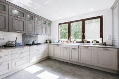 Samostatná kuchyňa s možnosťou uzatvárania bola jedna zo základných požiadaviek majiteľov, riešenie si nevedia vynachváliť