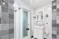 Pôvodne tmavú kúpeľňu presvetľuje svetlovod. Zároveň pomáha šetriť energiu, keďže cez deň netreba umelé svetlo