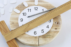 11. Podľa pôvodných hodín prekreslite na nové hodiny body, kde prilepíte značky