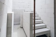 Systém YTONG ponúka kompletné riešenie stavby od pivnice až po strechu. Jeho súčasťou je napríklad schodisko (schodiskové stupne) z rovnakého materiálu