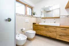 V toalete s umývadlami upúta kombinácia veľkoformátovej dlažby s mozaikou