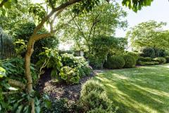 Vzhľadom na umiestnenie domu takmer uprostred záhrady je výsadba realizovaná predovšetkým po obvode pozemku, kde pomáha tlmiť ruch z okolitej komunikácie