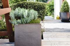 Terasu a vstupný priestor vhodne dopĺňajú keramické kvetináče, ich podobu je možné obmieňať sezónnou výsadbou