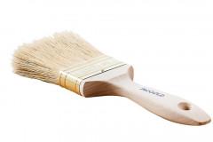 Pripravte si plochý štetec, brúsnu hubku, paličku na miešanie a samozrejme farby: voskový olej na drevo a farbu na kov 2v1, prípadne aj univerzálnu farbu na kovovú nohu stola