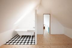 Do podkrovia sa vošla kúpeľňa s vaňou, opticky prepojená so spálňou