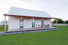 Zastrešená terasa s farebnými oknami má naozaj blízko k chate. Pôsobí ľahko a jednoducho
