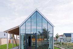 Slovenský architekt Peter Jurkovič dostal od mladého páru zdanlivo jednoduché zadanie: bývanie v malom dome na malom pozemku. ďalšou podmienkou bola pracovňa s dvomi stolmi a samozrejme všetko ďalšie, čo k rodinnému domčeku patrí: kuchyňa, spálňa, terasa otvorená do záhrady