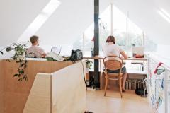 Pracovňa pod strechou zaručuje pokoj a súkromie. Je odtiaľ vidieť dole do obytnej miestnosti aj von cez presklenú fasádu. Stôl architekt Jurkovič umiestnil tak, aby sa užívatelia domu nemuseli vyhýbať šikmým plochám strechy - to je v podkroví častý problém, nie vždy dobre vyriešený