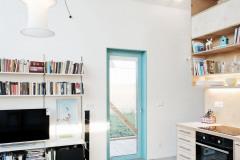 Všetky menšie okná sú natreté jasnou azúrovou farbou, vytvárajú tak kontrastný a výtvarný prvok na fasáde aj v interiéri