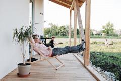 Domček je pre prázdninovú atmosféru s výhľadom do záhrady ako stvorený. Terasa je celkom malá, ale v daných proporciách sedí pri dome presne