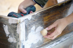 9. Do zásuviek na miesta, kde boli kovania, priskrutkujte nové úchytky, kovové alebo drevené