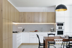Kuchynské skrinky vyrábal stolár na mieru (podľa návrhu Sféry). Vďaka tomu bolo možné maximálne využiť existujúci priestor a dokonale prispôsobiť kuchyňu potrebám novej rodiny