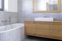 Na poschodí sa novo nachádza priestranná kúpeľňa s vaňou a sprchou, ako aj s dostatkom úložných priestorov, čo si pani domu nemôže vynachváliť