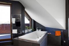 Kúpeľňa má priamy východ na lodžiu. Zaujalo nás atypické umiestnenie vane i výrazný obklad v antracitovom odtieni