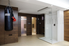 """Wellness v suteréne v elegantnom dizajne v prírodnom štýle. Je vybavené veľkým sprchovým kútom typu """"walk in"""", hrejivú atmosféru aj tu vytvárajú drevené obklady s orechovou dyhou"""