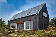 Vonkajší obklad fasády je z neupraveného severského smrekovca s vertikálnou orientáciou. Technika opaľovania má svoje korene v Japonsku, zvyšuje tvrdosť a odolnosť povrchu dreva a zabraňuje jeho degradácii