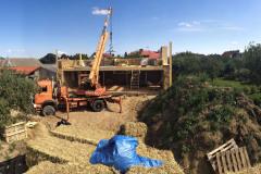 Na stavbu sa používajú balíky slamy vyrobené na poli bežným lisom. Nie každý lis a nie každý výrobca vie však dodať dostatočne kvalitné balíky