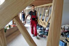 Práca s drevom a predovšetkým príkladné vyhotovenie jaseňového schodiska v tvare stromu porotu súťaže presvedčila o jednoznačnom prvenstve  slameného domu