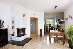 Celý obývací priestor domu spája plávajúca dlážka v jednotnom dezéne