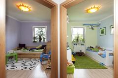 Zrkadlovo obrátené detské izby majú ako jediné farebné steny