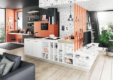 Ukážka prepojenia kuchyne s obývačkou. Kuchynský ostrovček s drezom a varnou plochou nadväzujú na televíznu zostavu, úložné skrine s rúrou a chladničkou stoja samostatne pri stene. Nápad berte skôr ako inšpiráciu do malého alebo atypického bytu