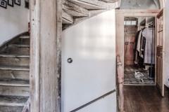 Pod starými drevenými schodmi, ktoré vyniknú vďaka výraznej patine, sa skrývajú vstupné dvierka na schodisko do prízemia