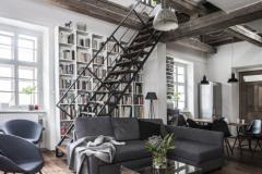 V interiéri harmonicky skombinovali staré s novým - staré trámy, nové industriálne pojaté schodisko, knižnica, sedací nábytok. Deky a vankúše v jemných nadčasových farbách pochádzajú zo štúdia Timoure et group