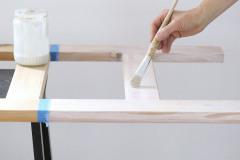2. Papierovou lepiacou páskou oddeľte časť, ktorú budete malovat. Túto časť najskôr natrite bielou (alebo natónovanou) farbou zriedenou s vodou v pomere 1:1