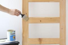 4. Zvyšnú časť rebríka jemno natrite priehľadným vodou riediteľným lakom na drevo
