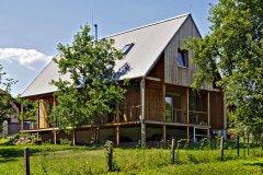 Vďaka pokornému prístupu k situácii na pozemku a k jeho okoliu sa stavebníkom aj architektovi podarilo splniť cieľ – vytvoriť príjemné a zdravé bývanie