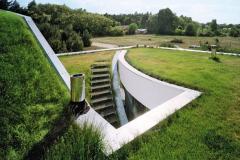 Dom nazvaný Outrial House (Robert Konieczny, KWK promesa) je nahrávacie štúdio, kde sa zelená strecha mení na atypické átrium so všetkými výhodami vonkajšej záhrady