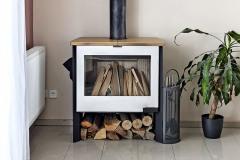 Teplo v celom dome zaisťuje plynový kotol spojený s radiátormi, ktorému výdatne pomáha kvalitná kozubová vložka na drevo