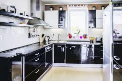 Veľkoryso koncipovaná kuchyňa ponúka dostatok miesta na prípravu niekoľkochodového menu. Vďaka dispozícii do písmena L sa diania v kuchyni a obývacej izbe navzájom nerušia