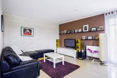 """Obývacia časť s televíznym """"kútom"""" je voľne prepojená s jedálňou a kuchyňou"""