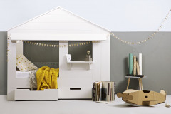 Okienko s parapetom dodá posteli Huisie dokonalú ilúziu domčeka. Vyrába De Eeckhoorn, lakovaná borovica, rozmery 210 x 187 x 99 cm, cena 490 eur, www.bonami.sk