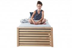 Vyvýšená kvalitná drevená posteľ s možnosťou úložného priestoru, 90 x 200 cm, vyhotovenie smrek alebo buk, cena 288 eur, www.gazel.sk