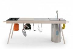 Kompaktná kuchyňa Critter vychádza z trendu moderného nomádstva a môžete ju ľahko premiestňovať podľa potreby (dizajn Elia Mangia, Skitsch)