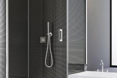 Bezrámové sprchové zásteny PUR na individuálne riešenie kúpeľne sa prispôsobia akémukoľvek priestoru.           V ponuke sú štandardné aj špeciálne riešenia vrátane výrezov, skosenia či skrátenia bočných stien. Maximálna výška je 2 300 mm (www.sanswiss.sk)