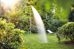 Praktickým doplnkom na záhradné kúpanie sú bezpochyby vonkajšie sprchy (HORNBACH)