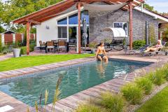 Myslieť na bazén sa oplatí už pri stavbe domu. Prvým krokom je nájsť najvhodnejšie miesto. Dôležité je zvoliť čo najslnečnejšiu polohu, ak možno mimo dosahu padajúceho lístia (MOUNTFIELD)