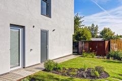 Návrh záhrady vznikol v spolupráci s Ing. arch. Michaelou Vlachovou. Na chodníčky sa použili staré.